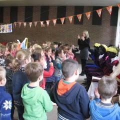 Sinterklaas op bezoek in de lagere school