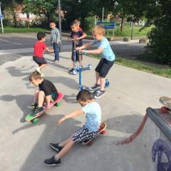 Rondom de school: skatepark en speeltuin.