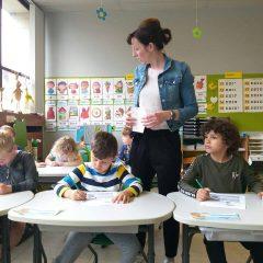 Stoeltje passen in het eerste leerjaar