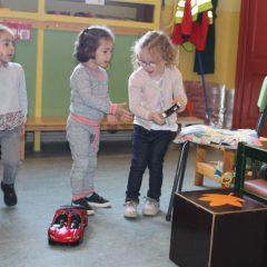 Kom eens kijken in onze zebraklas :We spelen ,leren over het verkeer en puzzelen .