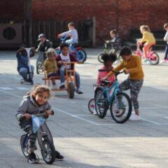 Smurfjes spelen samen op 't Kerkplein!
