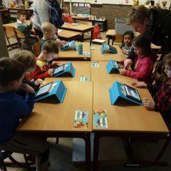 Derde kleuterklas op hoekenwerk in het eerste leerjaar